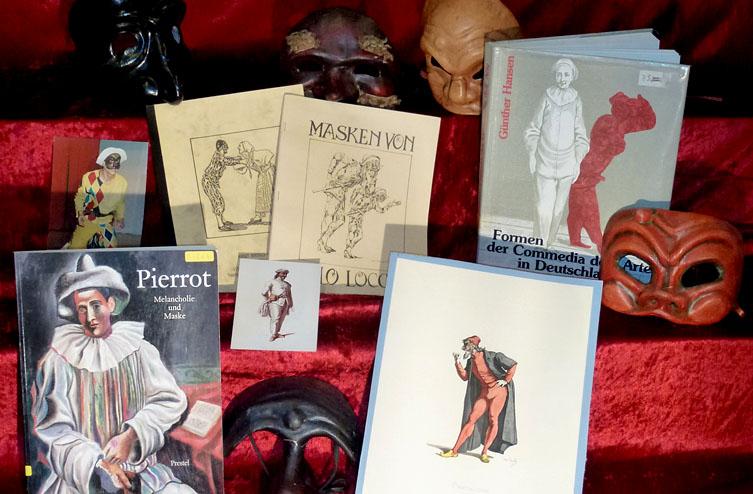 Bücher und Masken der Commedia del arte