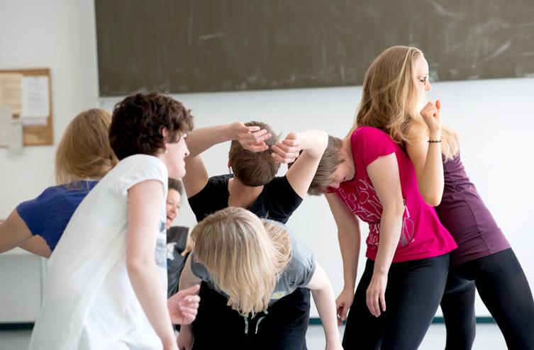 Fort- und Ausbildung - Gruppe junger Frauen spielt miteinander