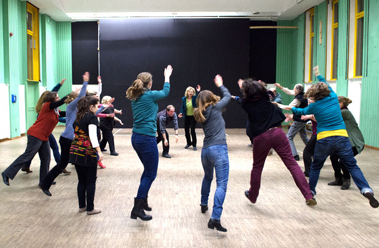 Theater- und Spielberatung Workshops. Interaktion im Kreis