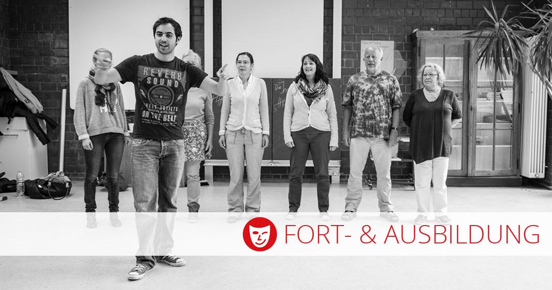 Fort- und Ausbildung der Theater- und Spielberatung - Schauspieler dirigiert, Gruppe schaut zu